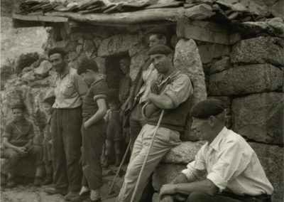 Cirilo, acompañado de varios de sus hijos, con Leoncia, su mujer, a la puerta de la cabaña.